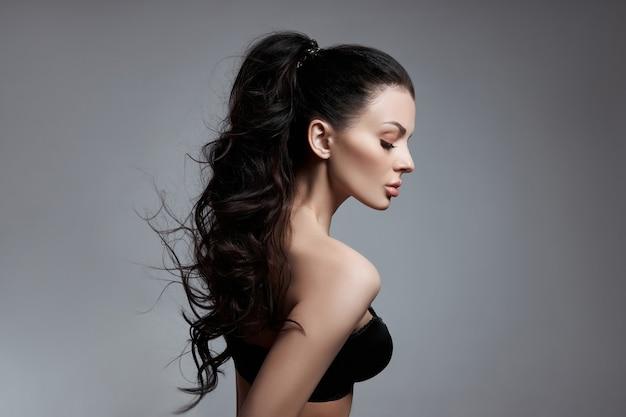 Сексуальная модная женщина с длинными волосами, вьющимися сильными волосами брюнетки в нижнем белье