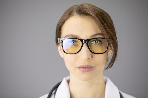 노란 렌즈와 안경에 섹시 한 여성 의사