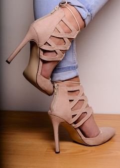 ひもでハイヒールのスエードの靴でセクシーな女性の脚