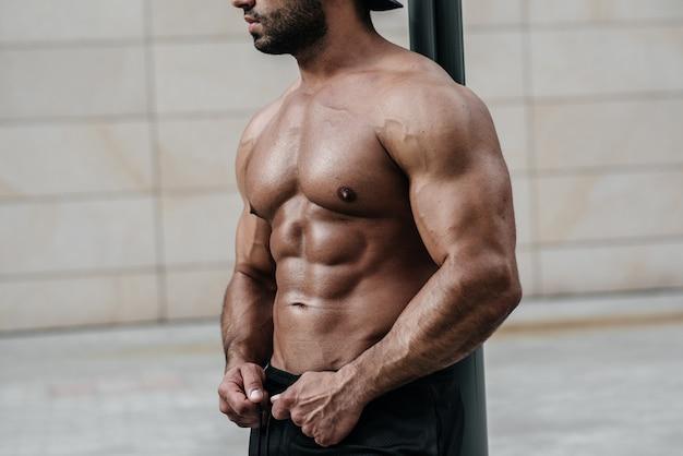 セクシーなフィットネス選手プレス。適切な栄養、フィットネス