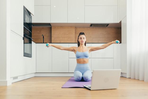 Сексуальная девушка занимается фитнесом дома онлайн