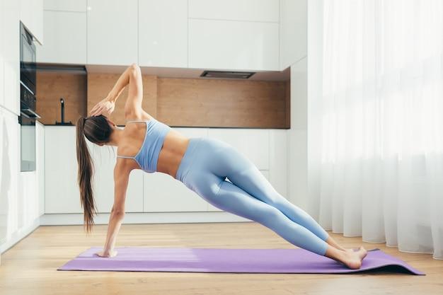 Сексуальная девушка занимается фитнесом дома