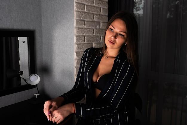 Сексуальная девушка в черной расстегнутой рубашке. для любых целей.