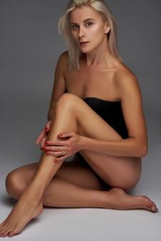 흰색 사진 스튜디오에서 포즈 바디 슈트에 섹시한 여자