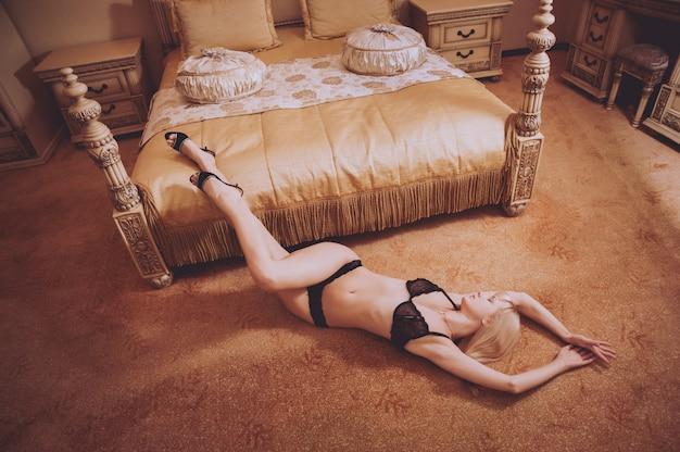 호텔 방에서 포즈 란제리에 섹시 한 여자. 아름다움과 패션