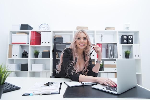 Сексуальная девушка на рабочем месте за компьютером