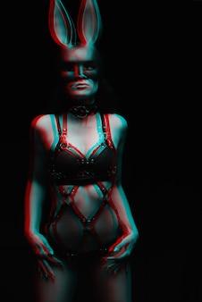 下着と革のハーネスとマスクのセクシーな女の子。