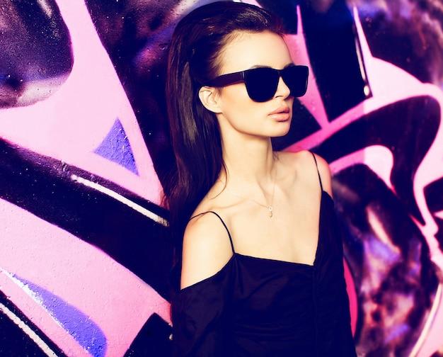 섹시 한 여자 야외 여름 패션 초상화입니다. 용인 아름다운 여성 모델 glasse, 검은 색 티셔츠 극단 공원