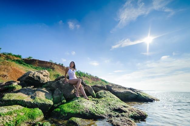 Сексуальная девушка отдыхает на пляже.