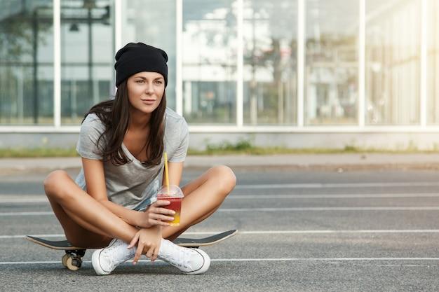 스케이트 보드에 앉아 섹시 한 여자