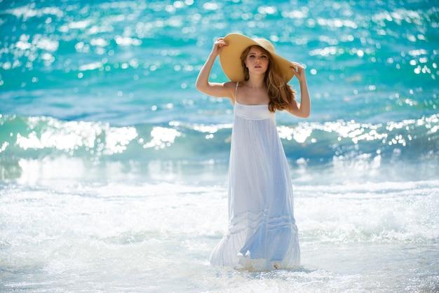Сексуальная девушка с идеальным телом на тропическом пляже летом сексуальная женщина на море чувственная модель пози ...