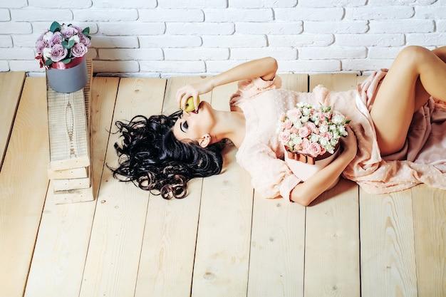 バラとリンゴのセクシーな女の子