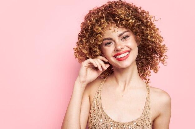 Сексуальная счастливая улыбающаяся молодая женщина изолирована