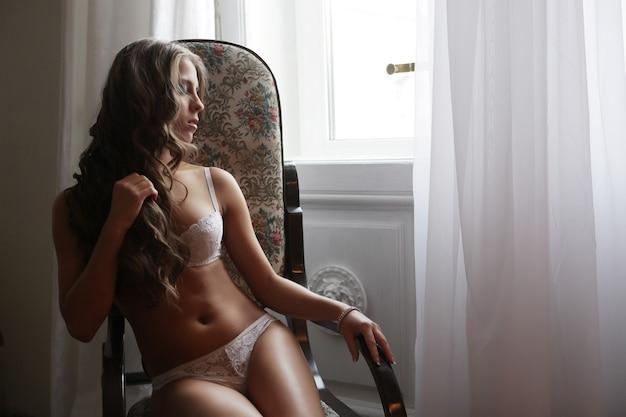 ランジェリーのセクシーなホットな女性