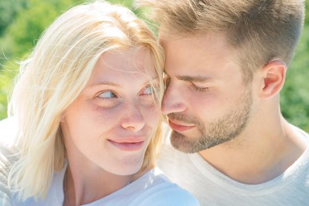 Сексуальная инициативная женщина с молодым возбужденным мужчиной. юные влюбленные. интимные отношения и сексуальные