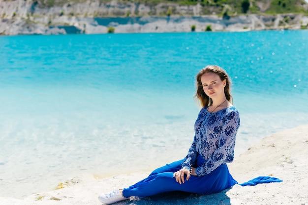 Сексуальная леди женщина позирует на пляже, расслабиться, насладиться летним солнцем, побережье, берег океана, copyspace, глядя в камеру