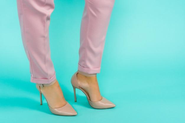 茶色のハイヒールの靴でセクシーな脚