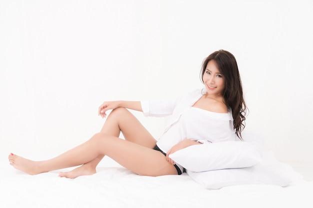 Сексуальный образ жизни портрет красивой заманчивой молодой женщины, коричневые длинные волосы сексуально носить белую рубашку без бюстгальтера