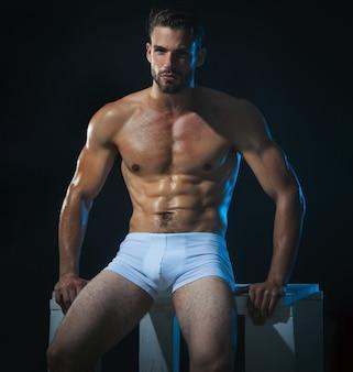 속옷에 섹시 한 남성 모델입니다. 흰색 복서 반바지에 잘생긴 남자입니다.