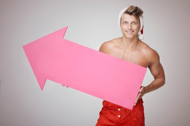 섹시한 남자와 큰 분홍색 화살표