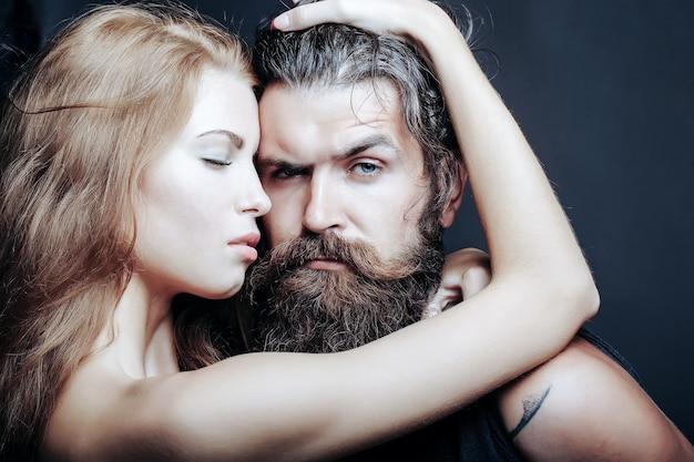 Сексуальный мужчина и женщина обнимаются