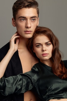 Сексуальный мужчина в расстегнутой рубашке и женщина в платье портрета