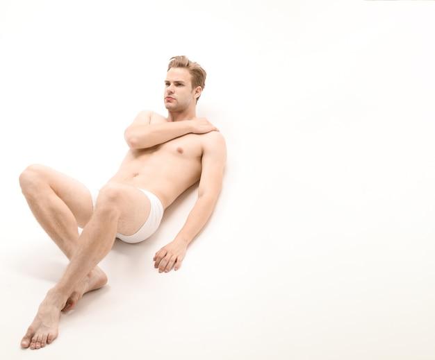 속옷에 섹시 한 남자 유행 흰 속옷에 근육 질의 남성 모델에 누워 잘 생긴 섹시 한 벌거 벗은 남자