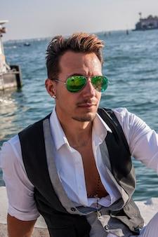 Сексуальный мужчина в городском конкурсе в венеции