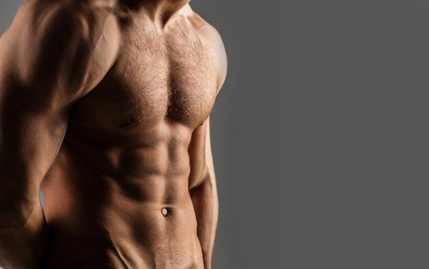 筋肉質の体、裸の胴体、フィットネスを持つセクシーな男。男性の裸、筋肉質の男、胴体の男。美しい男性の胴体、ab。アスレチックコーカサス人、6パック、胸の筋肉、上腕三頭筋。スペースをコピーします。