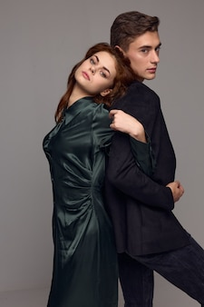 スーツを着たセクシーな男性と女性がお互いに背を向けて立っています