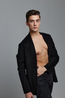 Сексуальные мужчины в расстегнутой рубашке красивый внешний вид туловища фитнес-модель