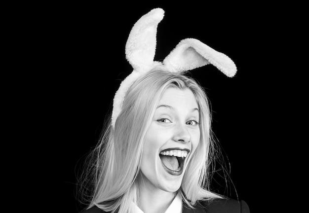 부활절 토끼 의상을 입은 섹시 모델.