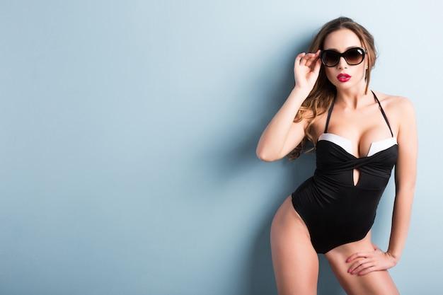 水着とサングラスでセクシーなモデル。