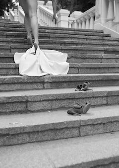 단계에 fress를 남기고 멀리 걷는 옷없이 아름다운 슬림 한 몸매를 가진 섹시한 벌거 벗은 여자.