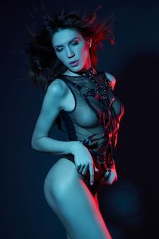 ネオン光のベルトでセクシーなヌードの女性