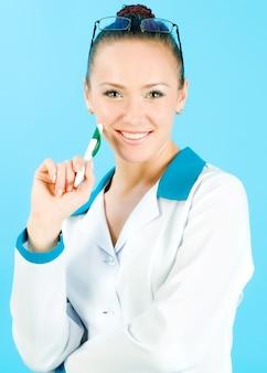 Сексуальная медсестра с ручкой на синем фоне