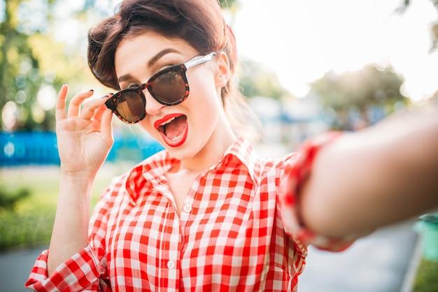 Сексуальная девушка кинозвезды на открытом воздухе, ретро американская мода