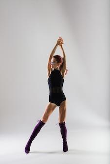 그녀의 아름다운 몸을 보여주는 섹시한 극 빨강 머리 댄서