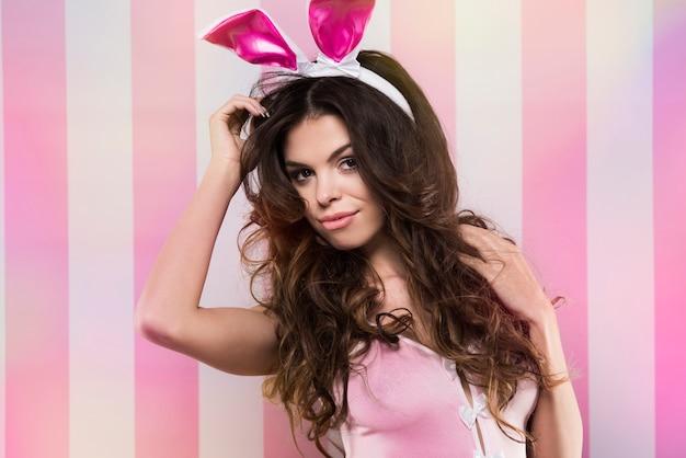 Ritratto sexy della donna nelle orecchie di coniglio