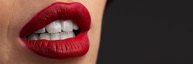 젊은 여자 클로즈업의 섹시 한 붉은 입술. 붉은 입술이 메이크업.