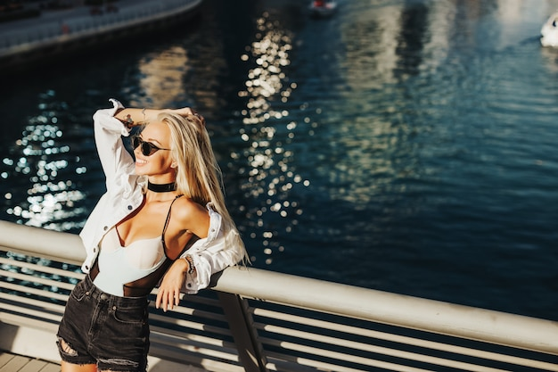 아랍 국가 및 도시 도시 라이프 스타일에 아름다운 관광 명소 도시 두바이 에미리트의 섹시한 러시아 아가씨. 관광 잡지 개념에 대 한 모션 최고의 커버 사진.