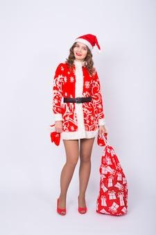 Сексуальная санта-красная девушка с большим рождественским мешком подарков.