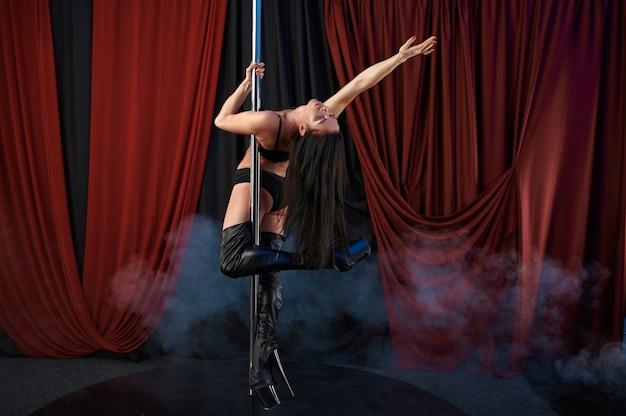 검은 란제리의 섹시한 쇼걸, 폴 댄스 댄서
