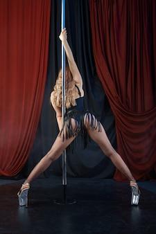 Сексуальная танцовщица на сцене, танец на пилоне, стриптиз. привлекательная стриптизерша, танцы на коленях, выступление на пилоне, танцовщица в стриптиз-клубе