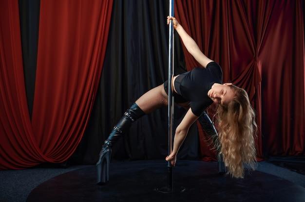 무대, 폴 댄스, 스트립에 섹시한 쇼걸. 매력적인 여성 스트리퍼, 랩 댄스, 폴 댄스 공연, 스트립 클럽에서 춤추는 뜨거운 소녀