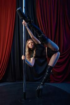 섹시한 쇼걸, 폴 댄스, 스트립쇼. 매력적인 여성 스트리퍼, 랩 댄스, 폴 댄스 공연, 스트립 클럽에서 춤추는 뜨거운 소녀