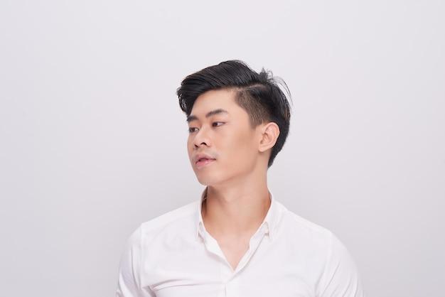 흰색 셔츠를 입고 섹시 한 미소 비즈니스 남자