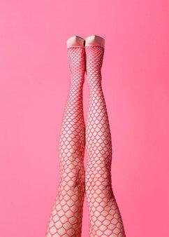 분홍색 망사 스타킹을 착용하고 클래식 가죽 신발과 일치하는 숙녀의 섹시한 직선 다리