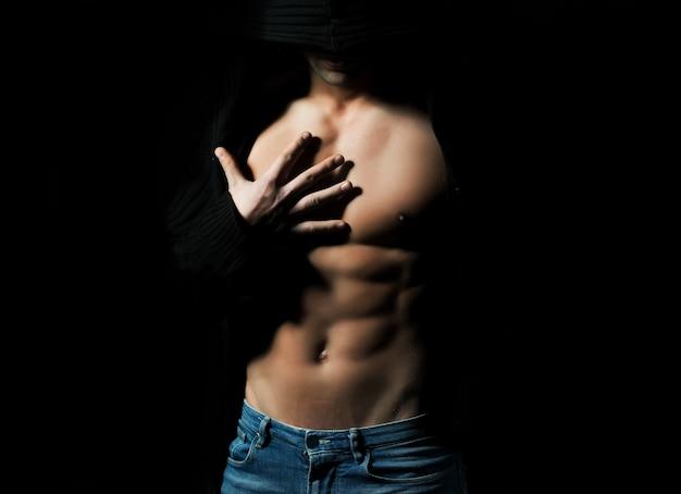 벌거 벗은 몸통과 섹시한 강한 관능적 인 근육질의 젊은 남성의 몸