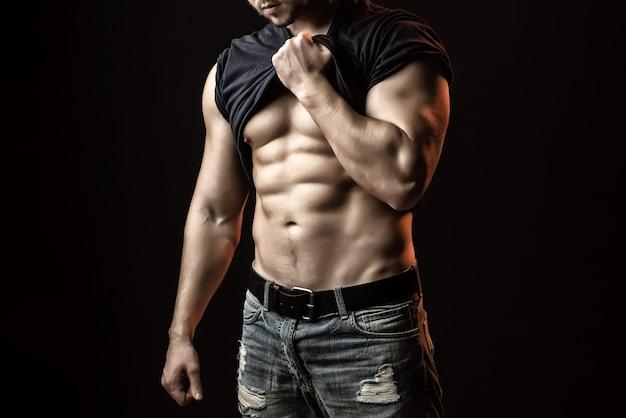 어깨에 근육 bodywith 셔츠와 섹시 한 강한 젊은 남자
